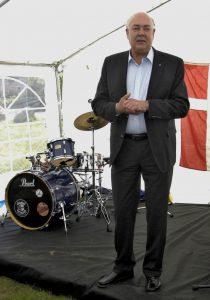 Formand for Hornbæk Idrætsforening Peter Poulsen ønsker tillykke med jubilæet